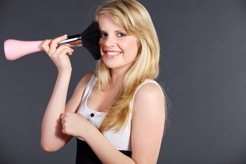 Jolie femme avec la grande brosse de fard à joues image libre de droits