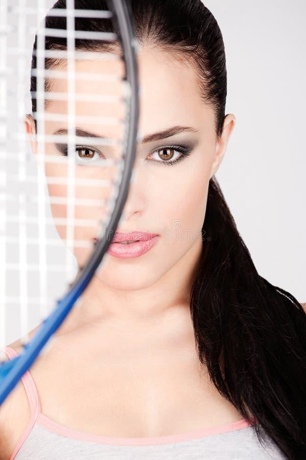 Jolie femme avec la raquette de tennis photo libre de droits