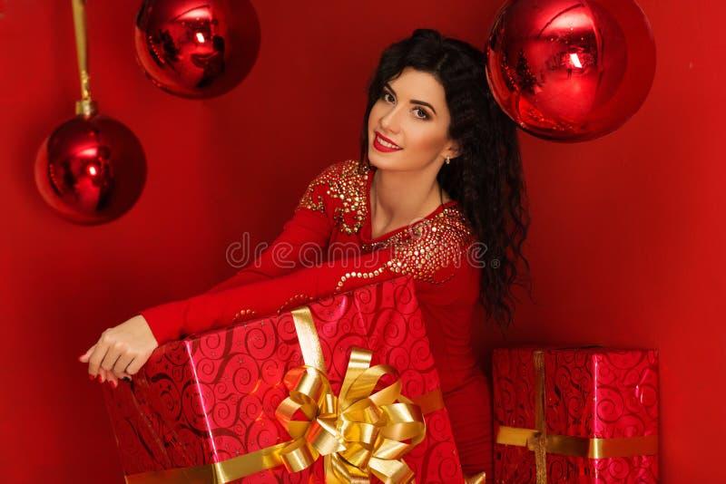 Jolie femme avec le boîte-cadeau de rouge de Noël photos stock