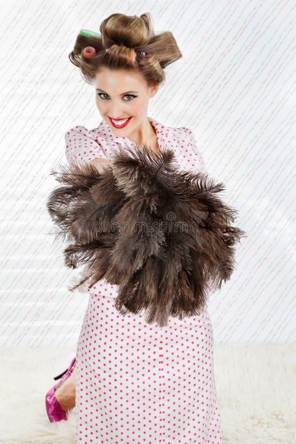 Jolie femme avec le chiffon de plume d'autruche images libres de droits