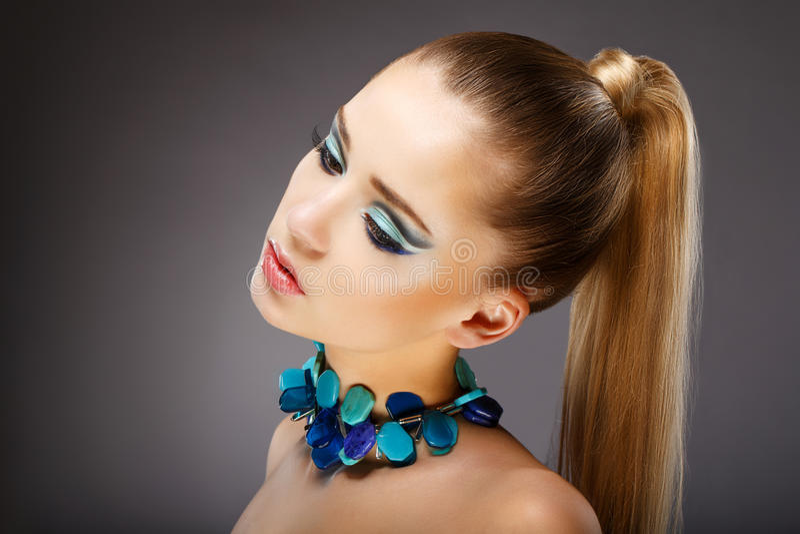 Attrait. Profil de femme sensuelle avec les bijoux vert-bleu vitrés. Détendez photo libre de droits
