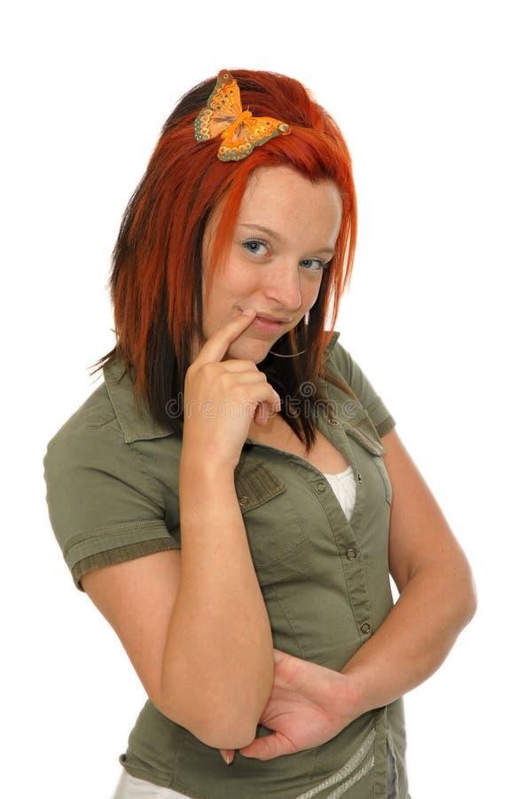 Jolie femme avec un papillon dans ses cheveux rouges photographie stock libre de droits