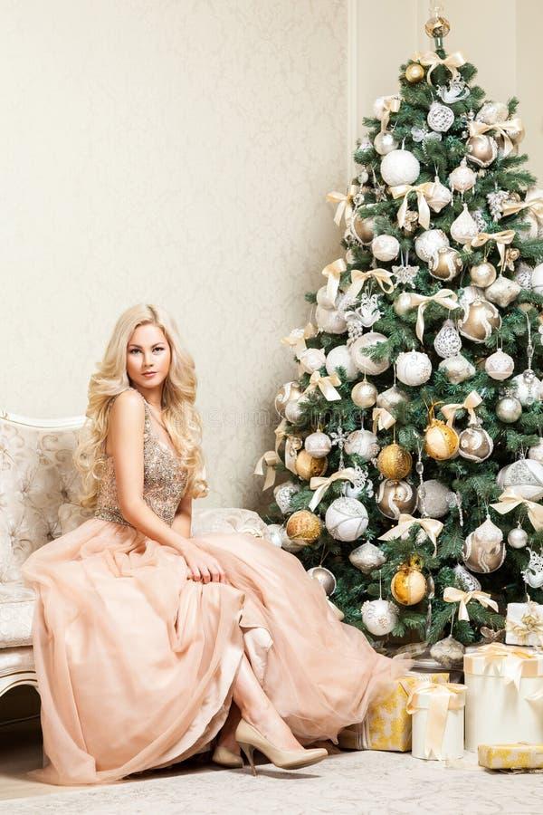 Jolie femme blonde dans la robe égalisante élégante gonflée de belles vacances avec presque la pose se reposante de maquillage et image libre de droits