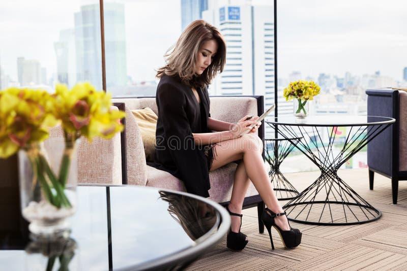 Jolie femme d'affaires à l'aide du comprimé photos libres de droits