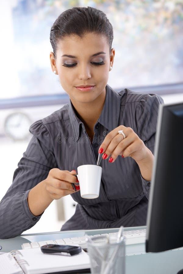 Jolie femme d'affaires avec du café image stock