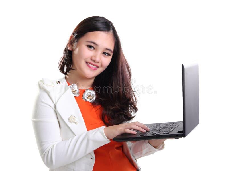 Jolie femme d'affaires avec l'ordinateur portable d'isolement image stock
