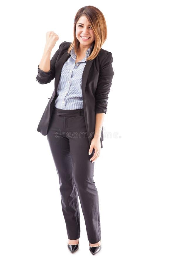 Jolie femme d'affaires célébrant de bonnes actualités images stock