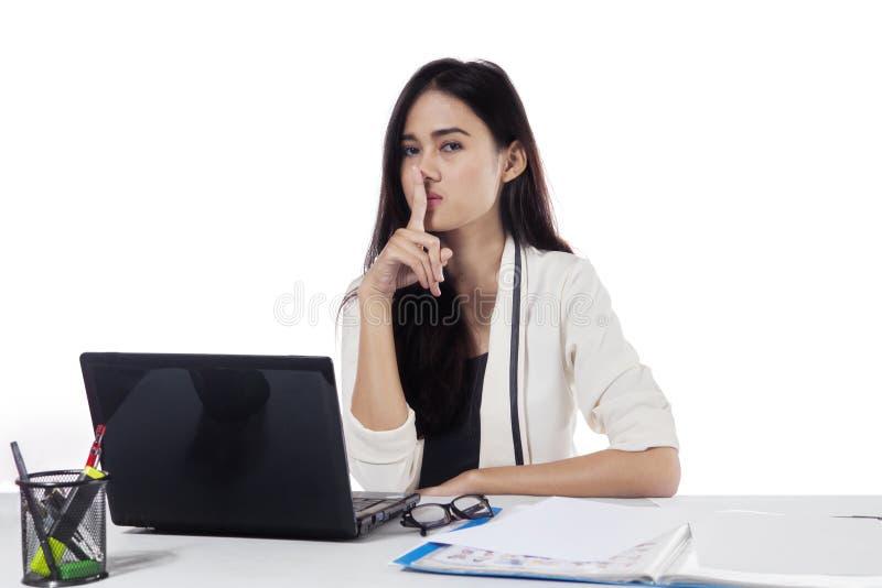 Jolie femme d'affaires montrant le geste de silence images stock