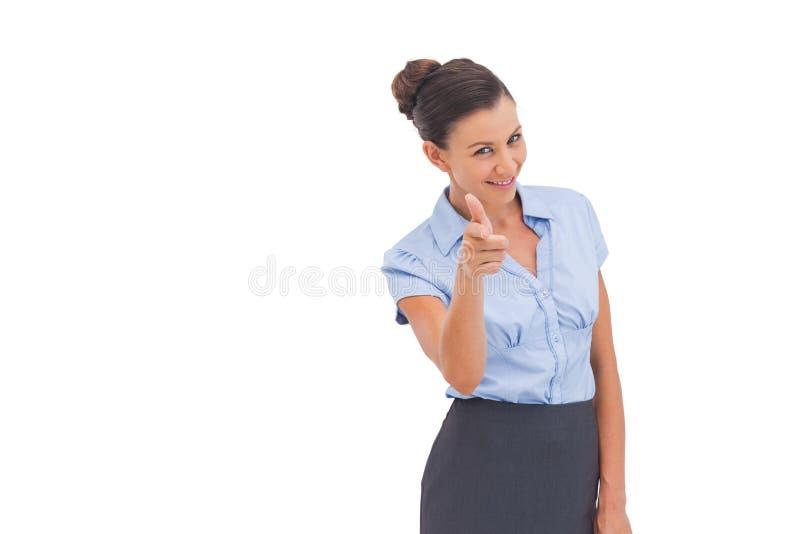 Jolie femme d'affaires montrant quelque chose avec des doigts photo libre de droits