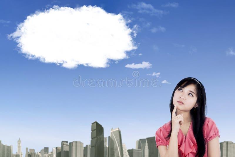 Jolie femme d'affaires regardant le nuage vide photographie stock