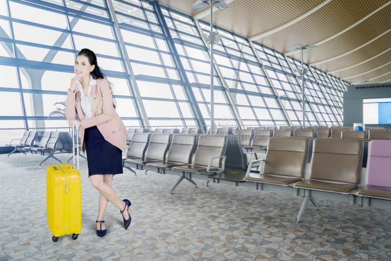 Jolie femme d'affaires se tenant avec le bagage photo libre de droits