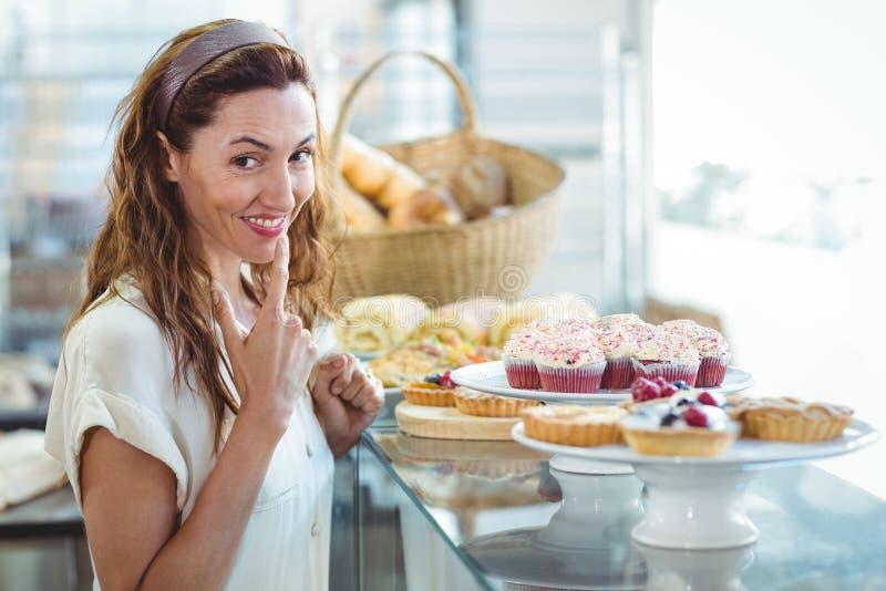 Download Jolie Femme D'hésitation Regardant L'appareil-photo Photo stock - Image du mains, bouche: 56486858