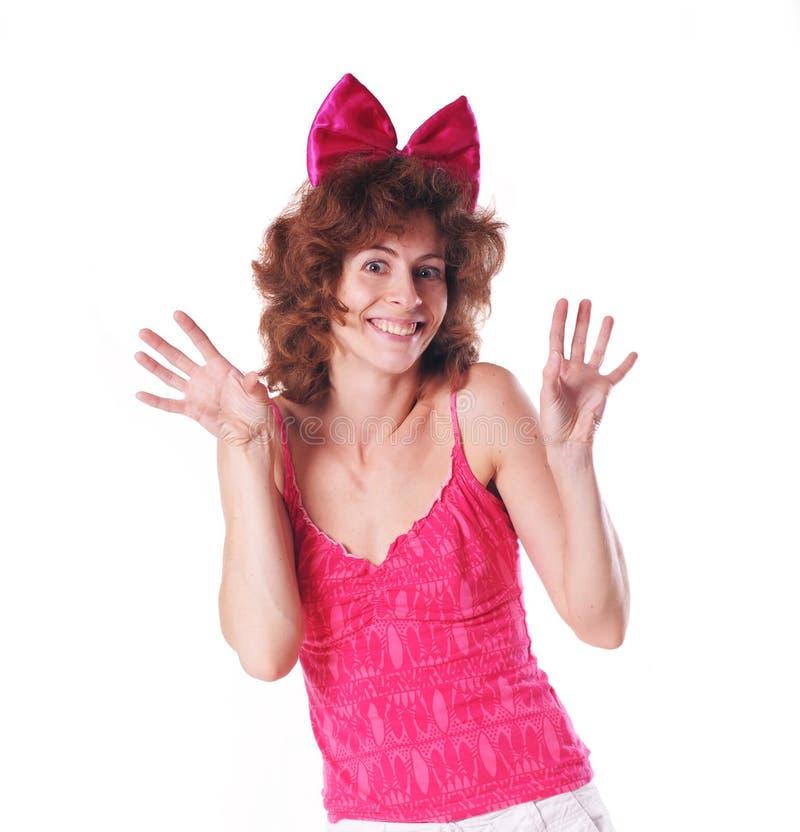 Jolie femme dans la cuvette rouge drôle photos stock