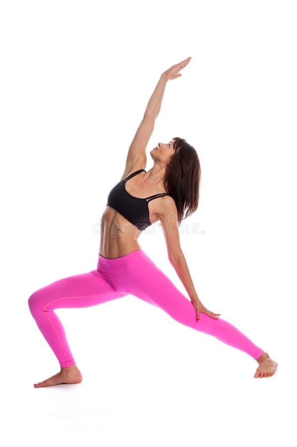 Jolie femme dans la pose de yoga - position inverse de guerrier. image stock