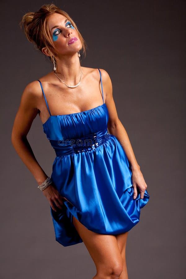 Jolie femme dans la robe images stock