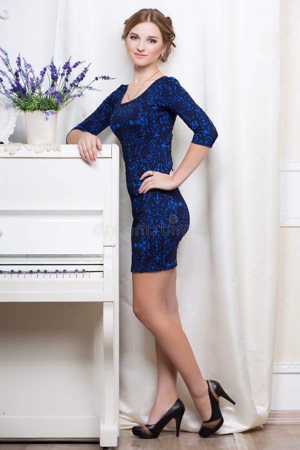 Jolie femme dans la robe bleue et noire photographie stock libre de droits