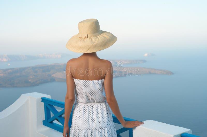 Jolie femme dans le chapeau de paille image stock