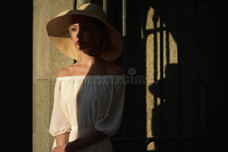 Jolie femme dans le chapeau de paille photo stock