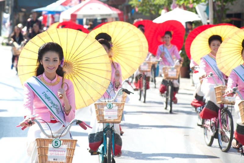 Jolie femme dans le défilé, festival de parapluie en Thaïlande image libre de droits