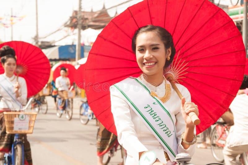 Jolie femme dans le défilé, festival de parapluie en Thaïlande photo stock