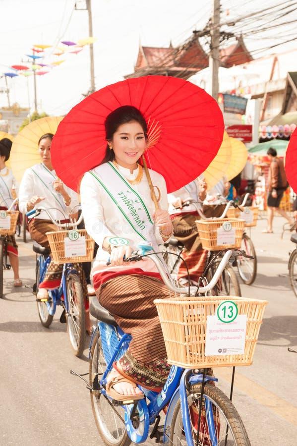 Jolie femme dans le défilé, festival de parapluie en Thaïlande images stock