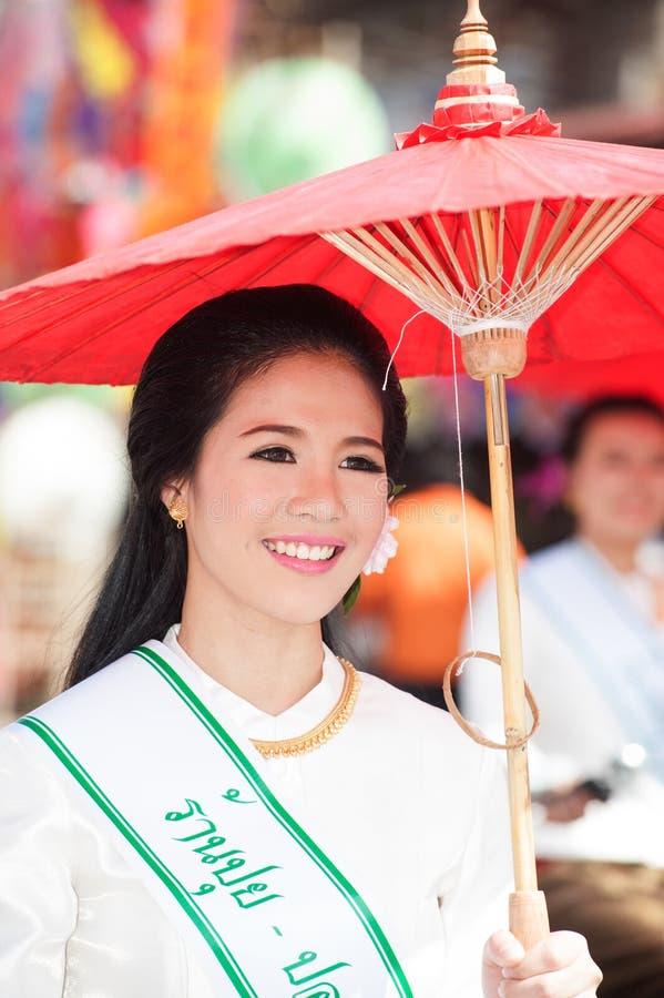Jolie femme dans le défilé, festival de parapluie en Thaïlande photographie stock
