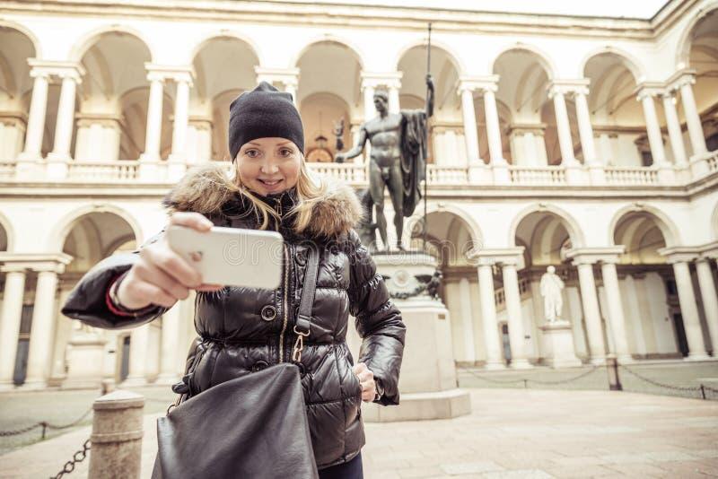 Jolie femme dans le musée de Brera, Milan photo libre de droits