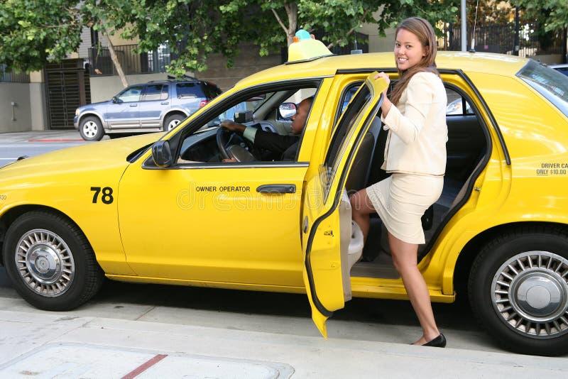 Jolie femme dans le taxi image stock