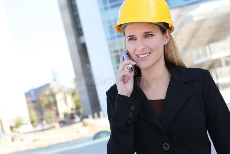 Jolie femme de construction photo stock