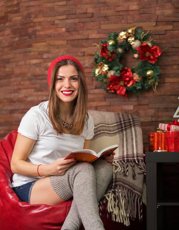 Jolie femme de hippie lisant un livre image libre de droits