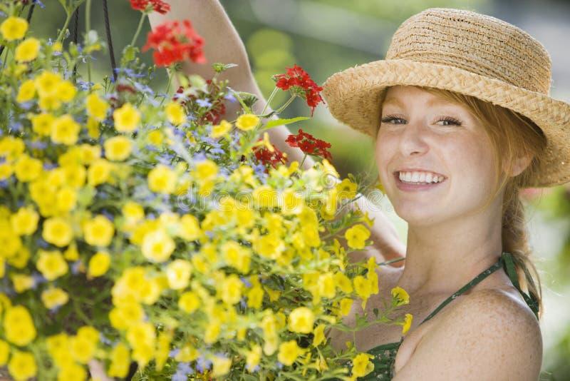 jolie femme de jardinier image stock