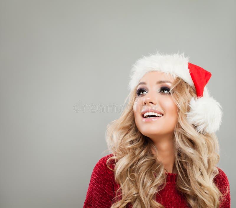 Jolie femme de Noël riant et recherchant images stock