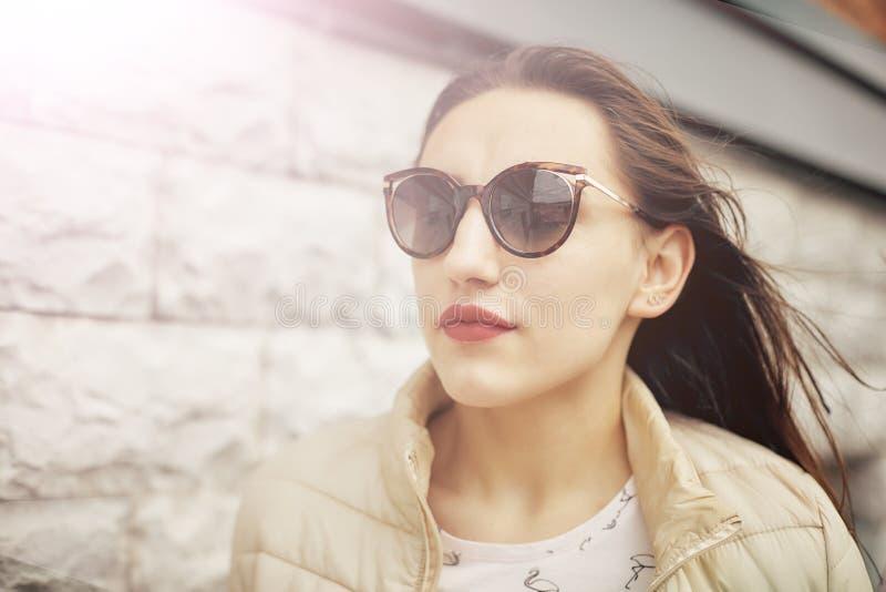 Jolie femme de portrait ext?rieur dans des lunettes de soleil dans le jour d'?t? images stock