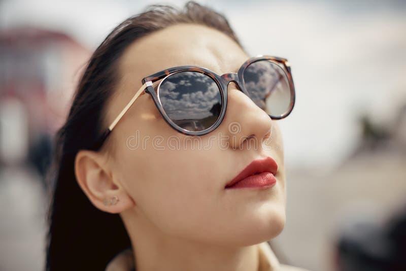 Jolie femme de portrait ext?rieur dans des lunettes de soleil dans le jour d'?t? images libres de droits