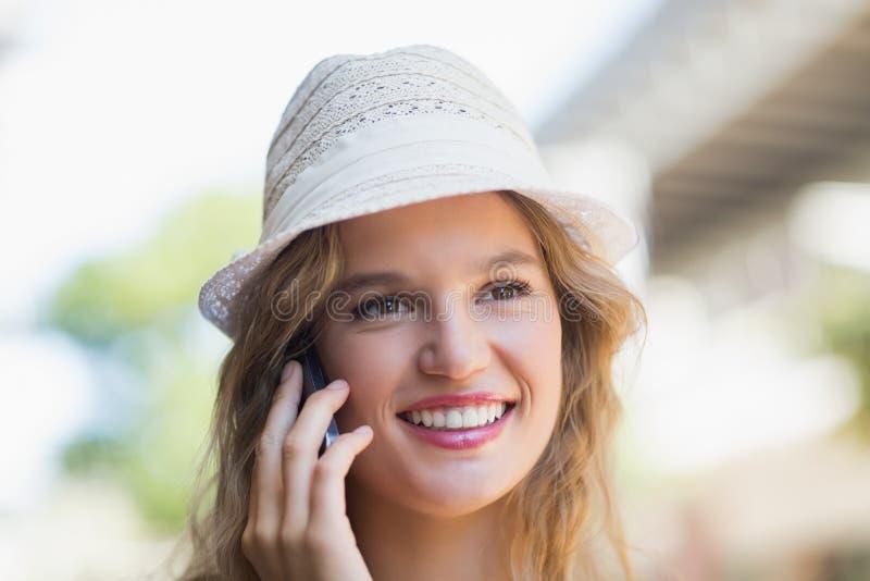 Download Jolie Femme De Sourire Au Téléphone Photo stock - Image du adulte, appeler: 56490020