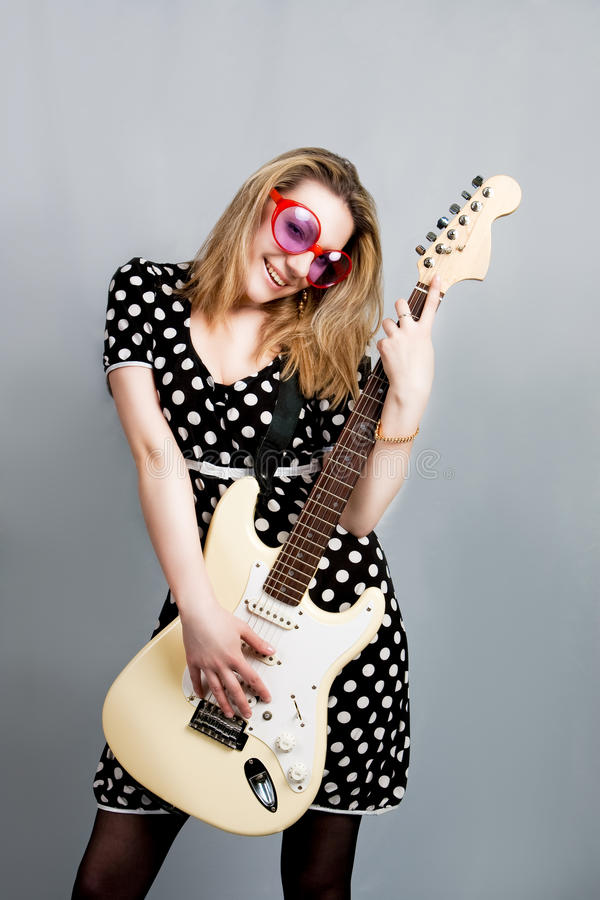 jolie femme de sourire de guitare photographie stock