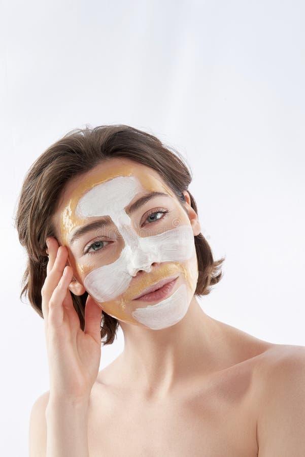 Jolie femme de sourire nue avec le masque protecteur image stock