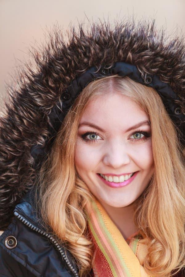 Jolie femme de sourire de portrait dans la veste avec le capot images libres de droits