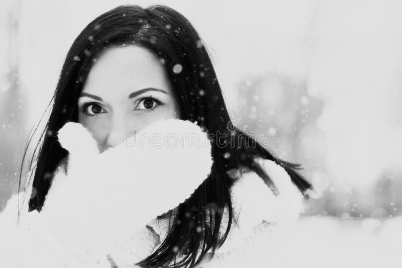 Jolie femme dehors en hiver photographie stock libre de droits