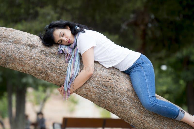 [Jeu] Association d'images - Page 4 Jolie-femme-dormant-dans-un-arbre-apr%C3%A8s-avoir-%C3%A9t%C3%A9-au-dessus-de-travailler-et-avoir-eu-le-sommeil-de-probl%C3%A8me-95429570
