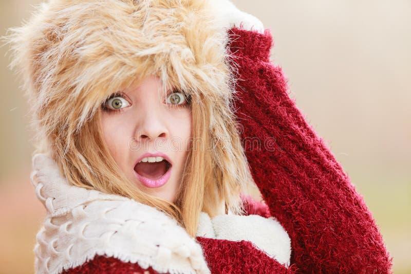 Jolie femme effrayée de mode dans le chapeau d'hiver de fourrure image stock