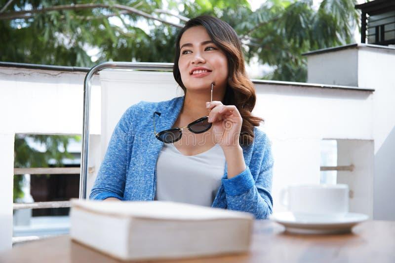 Jolie femme en café photo libre de droits