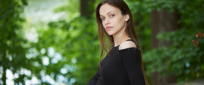 Jolie femme en stationnement outdoors image stock