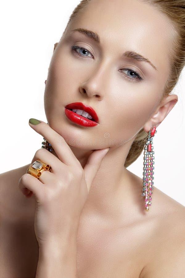 Jolie femme et bel or des bijoux argentés photographie stock