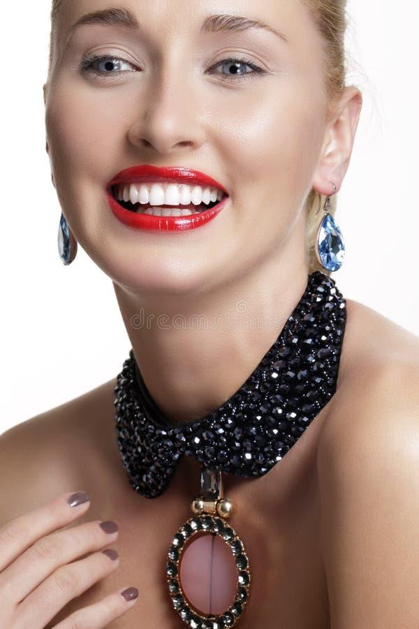 Jolie femme et bel or des bijoux argentés images libres de droits