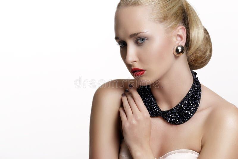 Jolie femme et bel or des bijoux argentés photo stock