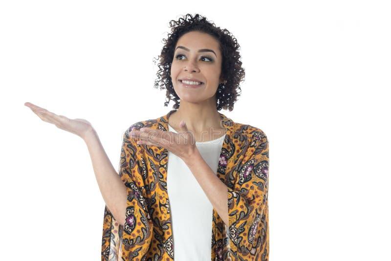 Jolie femme faisant des gestes avec ses mains et pour faire des gestes quelque chose photo stock