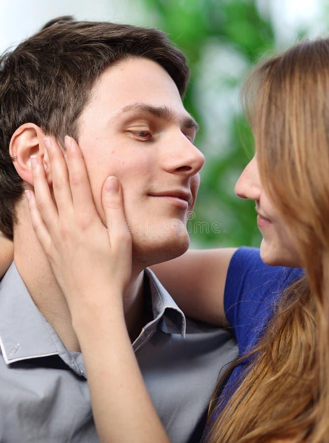 Jolie femme frottant la joue de son ami avec amour photo libre de droits