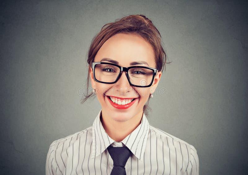 Jolie femme gaie en verres photo libre de droits