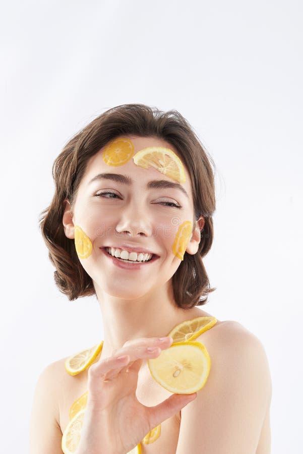 Jolie femme heureuse avec beaucoup de morceaux de citron photo stock